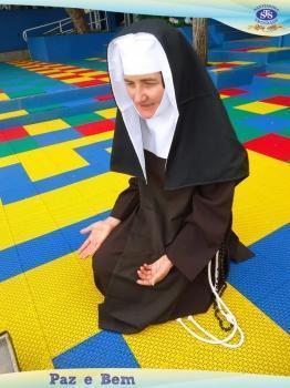 Alunos Nível B conhecendo mais sobre a vida de Madre Madalena Damen